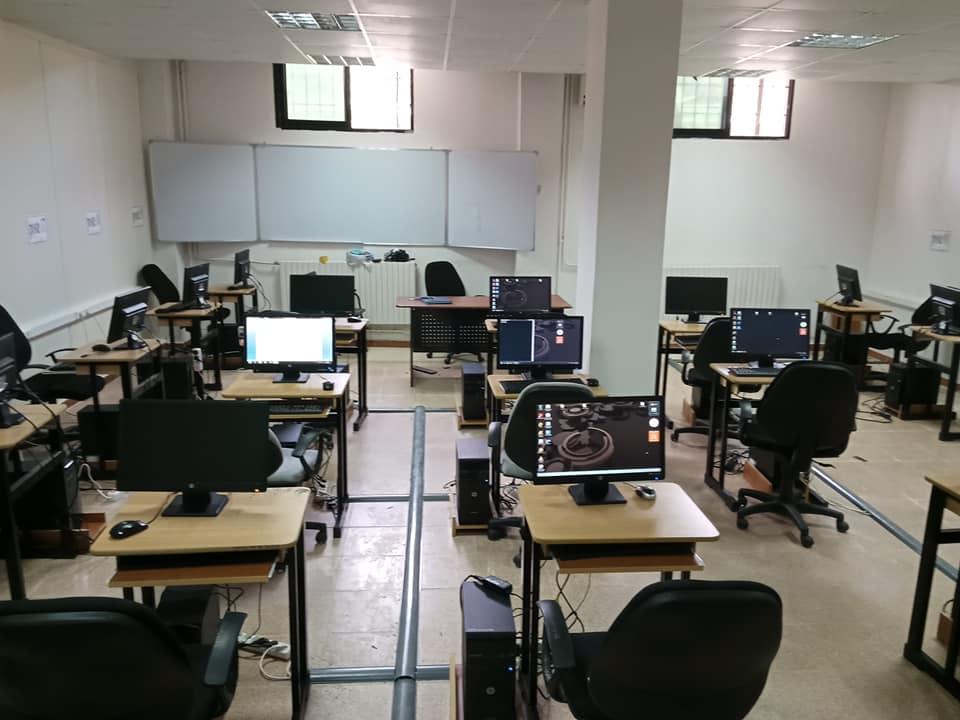 Aménagement et équipement d'une salle d'informatique.